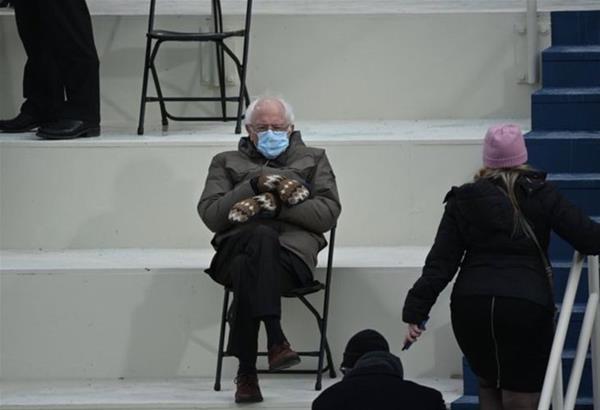 Ο Γερουσιαστής Bernie Sanders και τα γάντια του έκλεψαν τις εντυπώσεις ακόμα και από τις Gaga και JLo