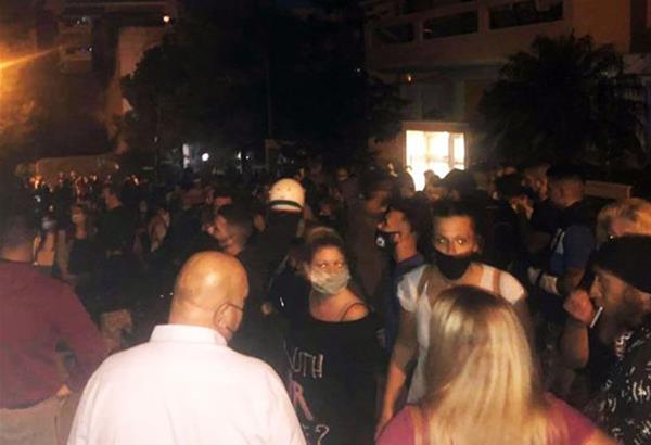 Νίκαια: Οργισμένο πλήθος έξω από το σπίτι του καθηγητή που μαχαίρωσε το σκύλο (βίντεο)