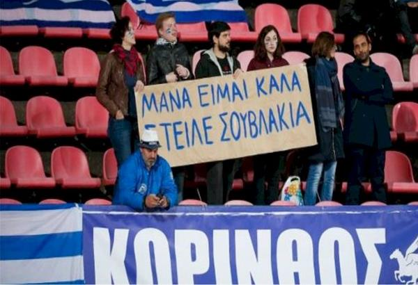 «Μάνα είμαι καλά, στείλε σουβλάκια»: Το πανό των Ελλήνων στη Φινλανδία