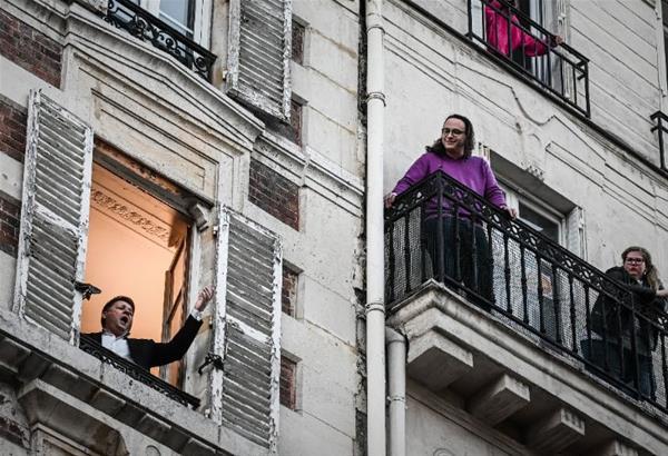 Lockdown: Τενόρος στο Παρίσι τραγουδάει από το παράθυρό του