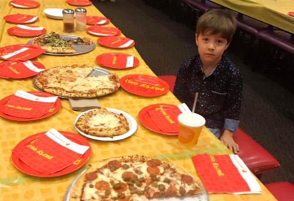 Viral η φωτό με το 6χρονο αγόρι να φωτογραφίζεται ολομόναχο στο πάρτι για τα γενέθλιά του από τη μητέρα του