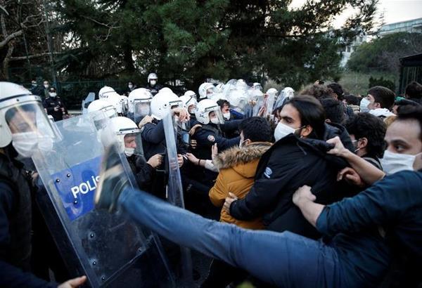 Τουρκία: Πλαστικές σφαίρες, δακρυγόνα και συλλήψεις σε διαδήλωση φοιτητών (βίντεο)