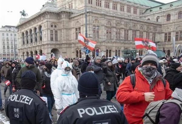 Βιέννη: Επεισόδια και συλλήψεις σε διαδήλωση κατά των περιοριστικών μέτρων (βίντεο)