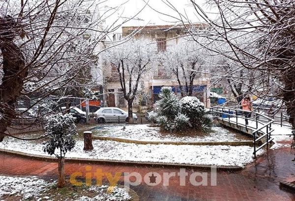 Χιονίζει σε όλη τη Θεσσαλονίκη - ο «Λέανδρος» σε πλήρη εξέλιξη