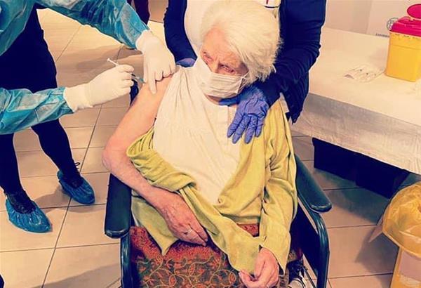 Θεσσαλονίκη: Πρώτη εμβολιάστηκε η κ. Ζάννα, 96 ετών, επιζήσασα του Άουσβιτς