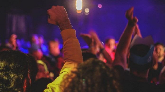 Κορωνοπάρτι σε βίλα με dj και εκατοντάδες καλεσμένους