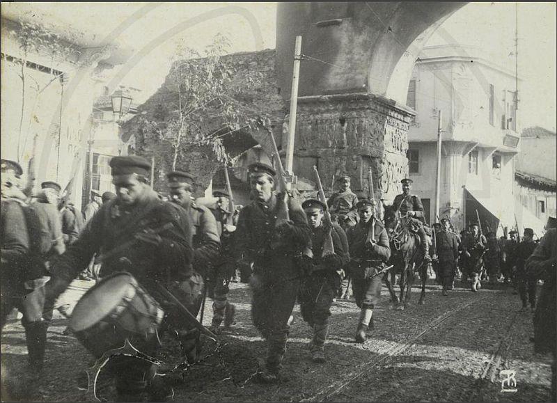 Οι Βούλγαροι από την 28η Οκτωβρίου 1912 λοιπόν, έως και την ημέρα της αποχώρησης τους από την πόλη, θα δήλωναν εμφαντικά παρόντες στις εξελίξεις στη Μακεδονία. Χρειάστηκαν περίπου 8 μήνες για να επέλθει λύση στο ζήτημα και αυτή δεν ήρθε ειρηνικά. Β' Βαλκανικός Πόλεμος: Το τοπίο ξεκαθαρίζει Στις απαρχές του Β' Βαλκανικού πολέμου, τα βουλγαρικά στρατεύματα προέβησαν σε ακρότητες κατά των ελληνικών πληθυσμών της Μακεδονίας. Οι συγκεντρώσεις βουλγαρικών στρατευμάτων σε ευαίσθητα σημεία της Μακεδονίας παράλληλα, προκάλεσαν την αντίδραση της Ελλάδας, η οποία δια του πρεσβευτή της στη Σόφια, εξέδωσε διακοίνωση προς τη βουλγαρική κυβέρνηση στις 12 Ιουνίου 1913. Η βουλγαρική κυβέρνηση όχι μόνο απέρριψε τη διακοίνωση, αλλά το απόγευμα της 16ης Ιουνίου διέταξε τα στρατεύματά της να επιτεθούν κατά των ελληνικών αποσπασμάτων στη Νιγρίτα και το Παγγαίο όρος. Η αντίδραση της Ελλάδας ήταν άμεση και αποφασιστική. Ο Β' Βαλκανικός Πόλεμος ήταν πλέον γεγονός. Ο Βενιζέλος ζήτησε από τον αρχιστράτηγο βασιλιά Κωνσταντίνο να αναληφθεί γενική αντεπίθεση, με πρώτο μέτρο την εκκαθάριση της Θεσσαλονίκης από τις στρατωνιζόμενες εκεί βουλγαρικές μονάδες, που ανέρχονταν σε 1.500 άνδρες. Οι Βούλγαροι αρνήθηκαν να αποσυρθούν από την πόλη και τότε ανέλαβε δράση η ΙΙ Μεραρχία Πεζικού υπό τον υποστράτηγο Καλάρη, η οποία ύστερα από ολονύκτια συμπλοκή τους εξανάγκασε να παραδοθούν στις 18 Ιουνίου. Πριν την παράδοση τους ωστόσο, τόσο Βούλγαροι στρατιώτες όσο και Βούλγαροι κάτοικοι της Θεσσαλονίκης προέβησαν σε ακρότητες κατά του ελληνικού στοιχείου μέσα στην πόλη με δολοφονίες και πυρπολήσεις κατοικιών. Η επιχείρηση εκκαθάρισης της Θεσσαλονίκης στοίχισε στις ελληνικές δυνάμεις 18 νεκρούς και 17 τραυματίες, ενώ οι απώλειες των Βουλγάρων ανήλθαν σε 60 νεκρούς, 17 τραυματίες και 1.360 αιχμαλώτους.